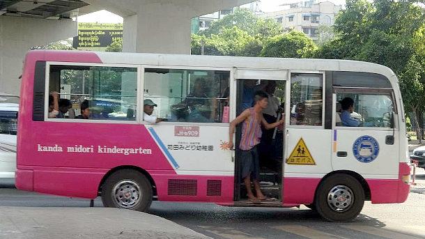 【画像】ミャンマーの街をおっさん共を乗せて颯爽と走る苅田みどり幼稚園バス! [海外]