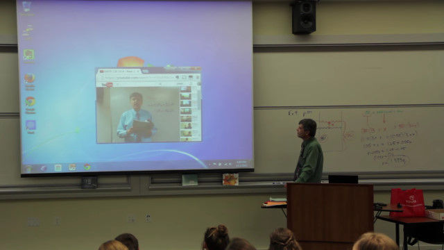 映像の中の自分と掛け合いながらのおもしろ授業をする、バイオラ大学の数学教授