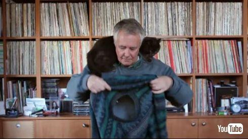 【動画】 黒猫ちゃんと仲良しなおじいちゃん、猫を肩に乗せたままセーターを着る方法を編み出す