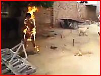 なにこれ怖い。インドで撮影された全身火だるま状態で逃げ惑う老人の映像(((゚Д゚)))
