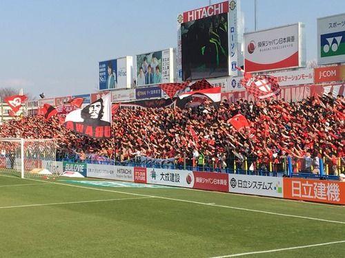 【動画】浦和レッズサポーターが禁止場所で大旗を振りブーイング 黒旭日旗やチェ・ゲバラの大旗