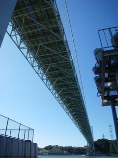 関門橋の下