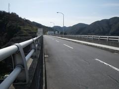 弥栄ダムの上の道路