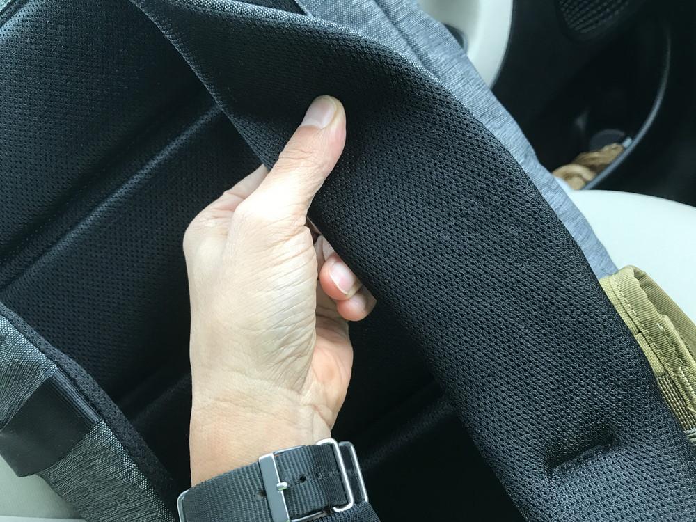 4bb773091310 荷物がたくさん入っても、肝心のそれを支えるパッドとストラップがヤワでは意味がない。手抜きをしていない、マジメなバックパックだなーと感心する。