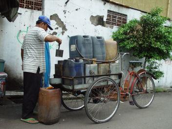 自転車で油売り