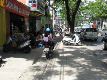 歩道の狭いところでも。子供でも飛び出さないといいが。