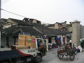 古い建物が細い路地沿いに密集している