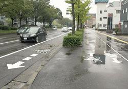 車道の路肩に明示された自転車マーク