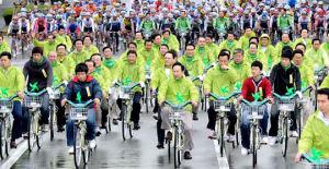 李大統領「自転車、5年以内に世界3位目指す」/手前中央が李大統領