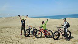砂丘を自転車で
