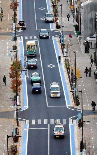 青い道路は自転車専用