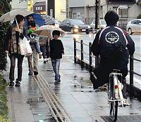 自転車「原則車道」周知へ