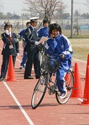 自転車でケータイ