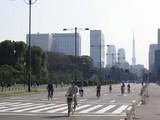 東京タワーを背に皇居前を走る