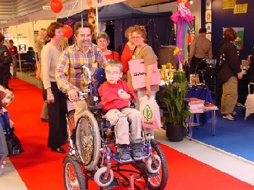車椅子を運ぶ