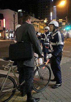 自転車利用者に飲酒検問