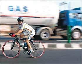 電車に勝利した自転車男