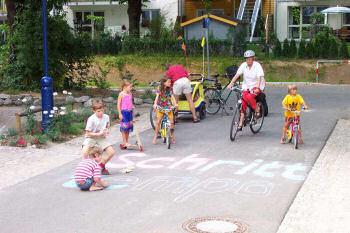 道路では子供たちが遊ぶ