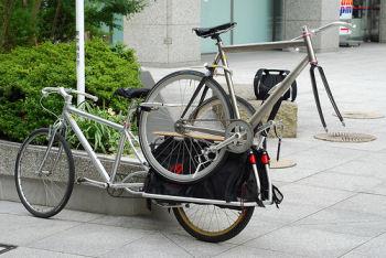 自転車で自転車を運ぶ