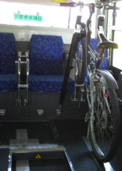 座席の間に自転車を固定する装置が付いている。www.ncbbus.co.jp