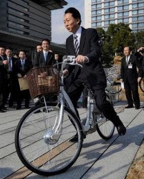 首相官邸で電動自転車に乗る鳩山首相