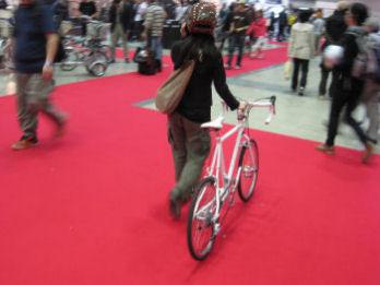 ヘルメット必須だが貸してくれる。