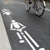 自転車はこちら…車道にナビマーク塗装始まる