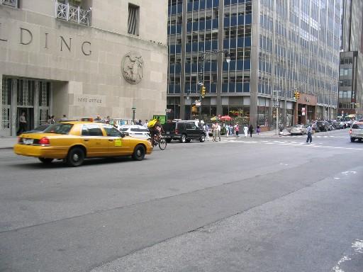 タクシーの向こうにメッセンジャー