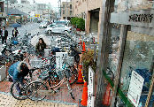 市民にクルマ利用を抑えて自転車利用を促すため、駐車場をつぶして、予算ゼロで駐輪場整備する京都市下京区