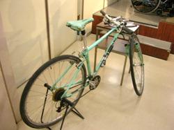 前輪部分が外れた自転車
