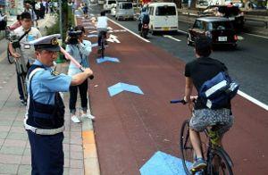 自転車のルールを街頭指導