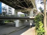 高架下で一般道とも立体交差している自転車道