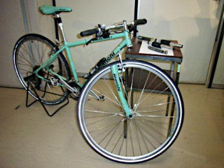 転倒事故が起きた「ビアンキ」ブランドの自転車とサスペンション装置(右上)。