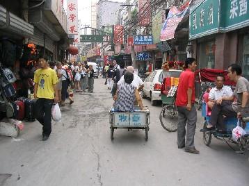 3輪車の荷台に二人乗りの人も多い