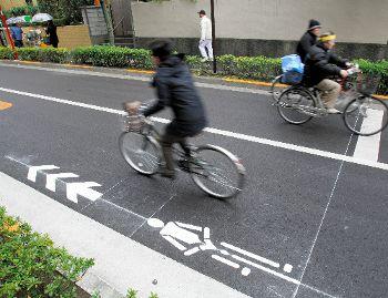 車道の隅に自転車通行マーク 警視庁が考案