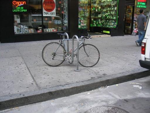 M字型の駐輪支柱