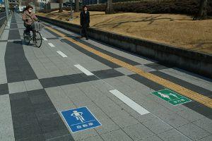 歩道に通行区分標示