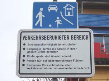 Vauban独特の標識。クルマは歩行者と同じ速度で、歩行者は道路のどこを歩いても可、ここで子供は遊んでよい、決められた場所以外駐車厳禁、通行は互いに注意して、などと書かれている(多分)。Photo by FrancoisFC,under the GNU Free License.