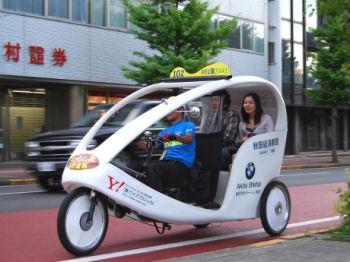 秋田を走るベロタクシー