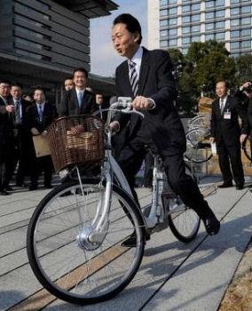 官邸で、電動自転車に乗る鳩山首相