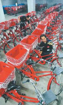 郵便配達用の赤い自転車