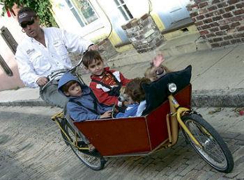子どもも運ぶ。4人?