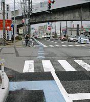 自転車が交差点を直進するよう指示する表示