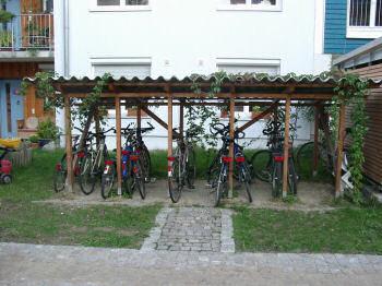 家の前にあるのは駐輪場のみ