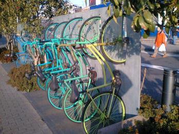 縦型駐輪機のような自転車オブジェ