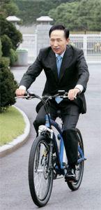 李明博大統領「自転車通勤したい」
