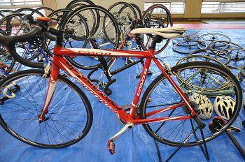押収された自転車と部品