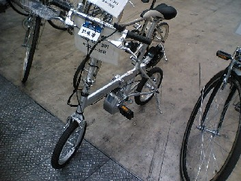 いかにも日本的?電動アシスト折り畳み小径車
