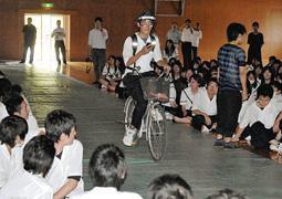 スマホ使い自転車危険