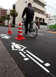 自転車ナビマーク:路上に表示 東京メトロ西葛西駅周辺、警視庁が検証